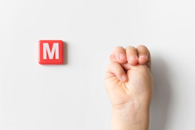 Mão de língua de sinais, mostrando a letra m