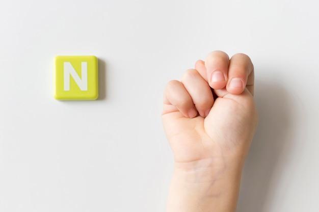 Mão de língua de sinais, mostrando a letra n