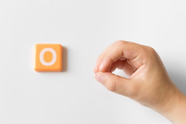 Mão de língua de sinais, mostrando a letra o