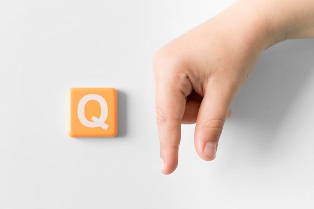 Mão de língua de sinais, mostrando a letra q