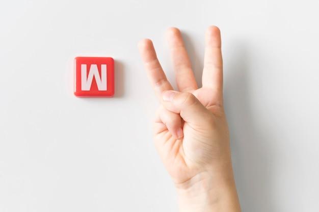 Mão de língua de sinais, mostrando a letra w