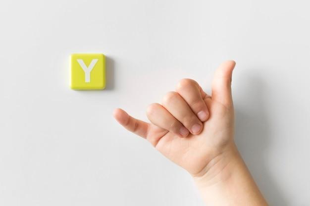 Mão de língua de sinais, mostrando a letra y