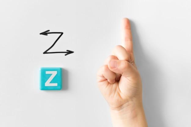 Mão de língua de sinais, mostrando a letra z