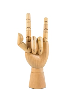 Mão de madeira mostra o símbolo do amor isolado no fundo branco