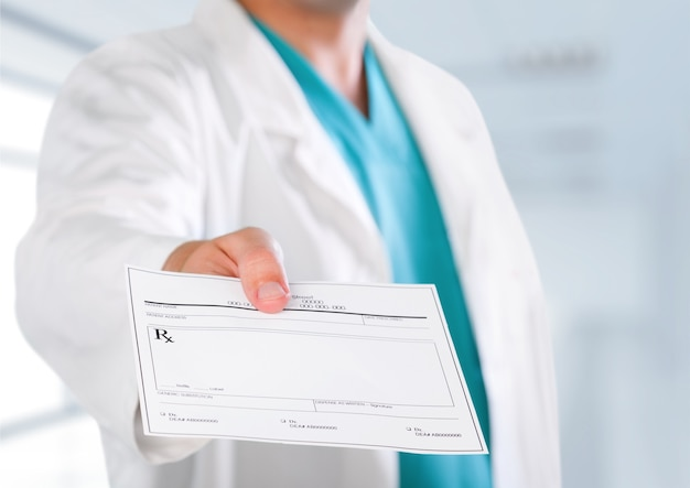 Mão de médico de medicina masculina dando prescrição ao paciente closeup. panaceia e salva-vidas,
