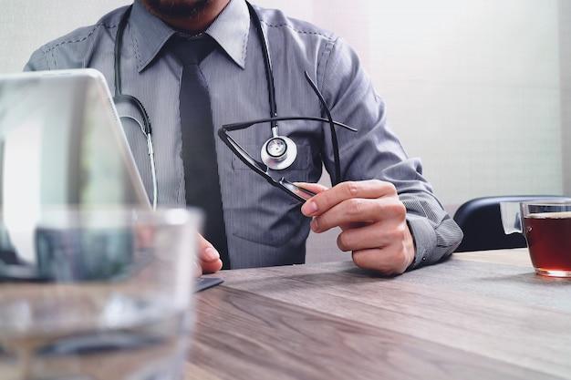 Mão de médico inteligente trabalhando com telefone inteligente