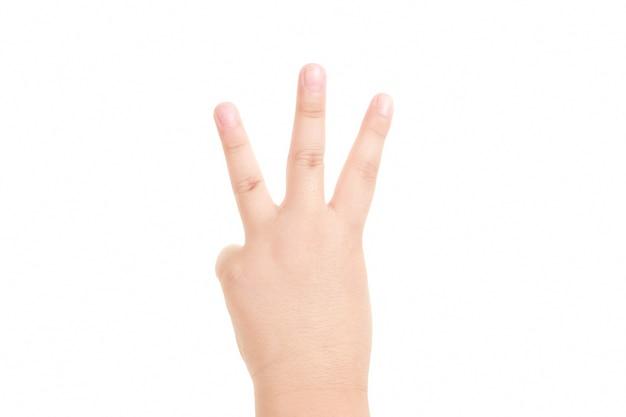 Mão de menino mostra o símbolo de três dedos isolado