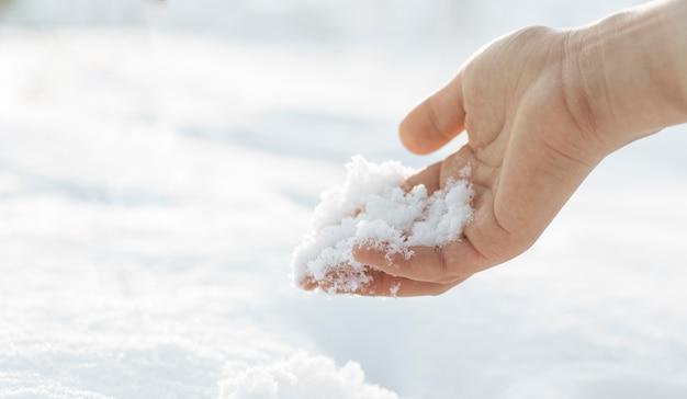 Mão de modelo masculino no inverno