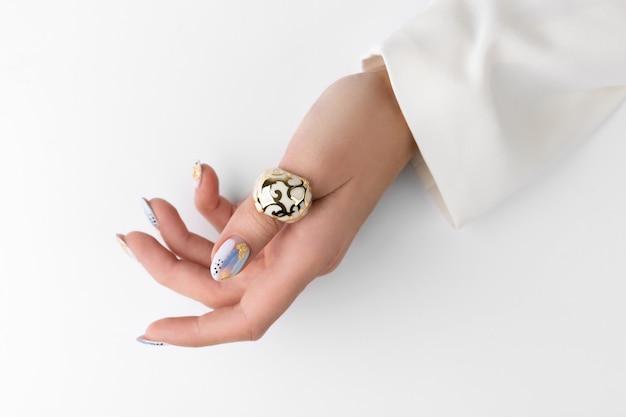 Mão de mulher adulta jovem com unhas na moda