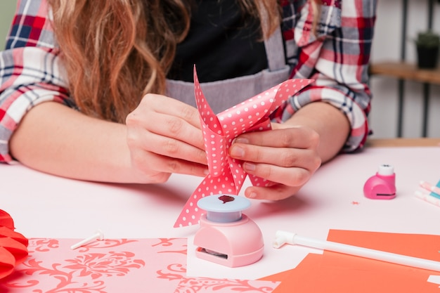 Mão de mulher artista fazendo artesanato de pinwheel