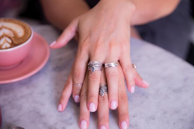 Mão de mulher com anéis