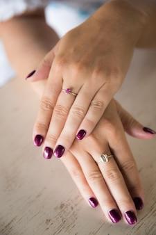 Mão de mulher com anel