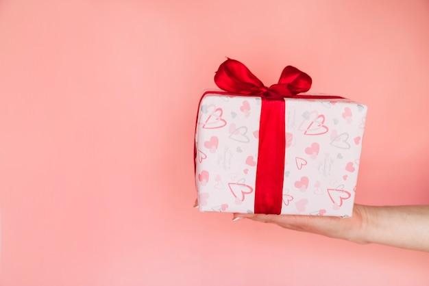 Mão de mulher com caixa de presente