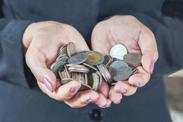 Mão de mulher com moeda close-up