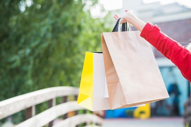 Mão de mulher com pacotes de compras