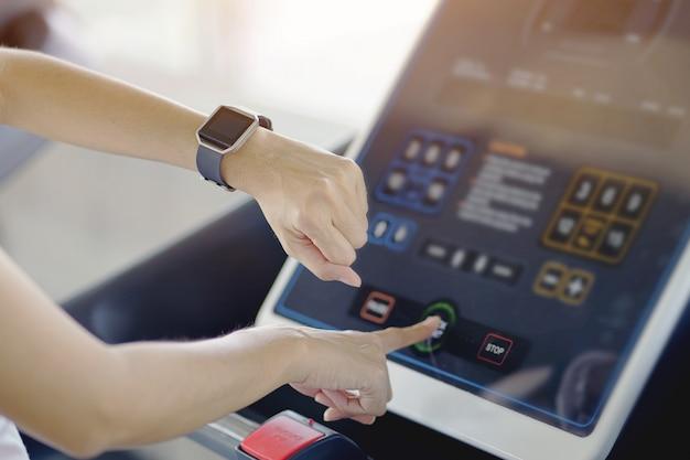Mão de mulher com relógio inteligente no pulso