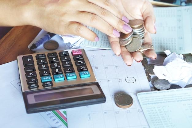 Mão de mulher contando dinheiro no dia do pagamento