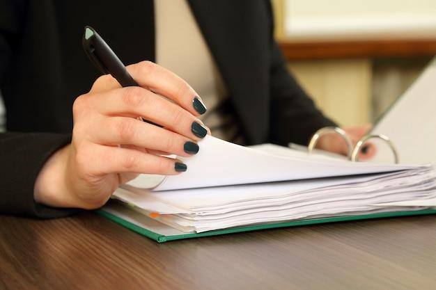 Mão de mulher de negócios com visualizador de documentos
