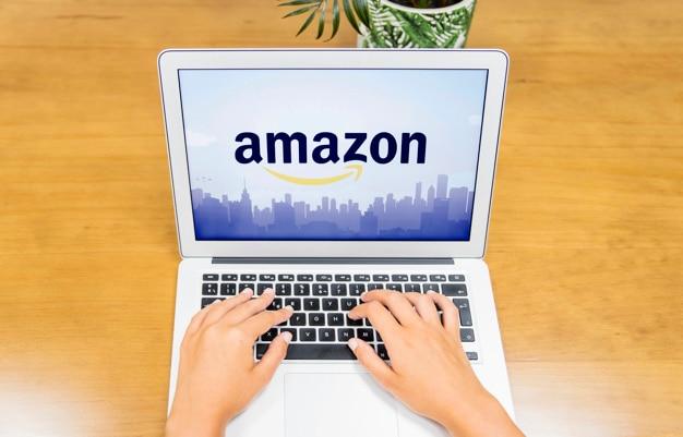 Mão de mulher digitando no laptop