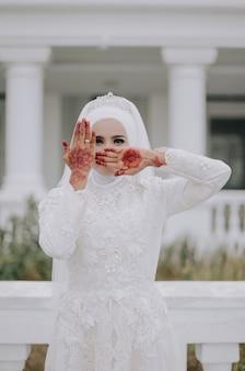 Mão de mulher durante um casamento