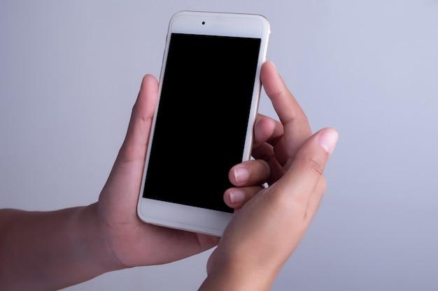 Mão de mulher e telefone inteligente