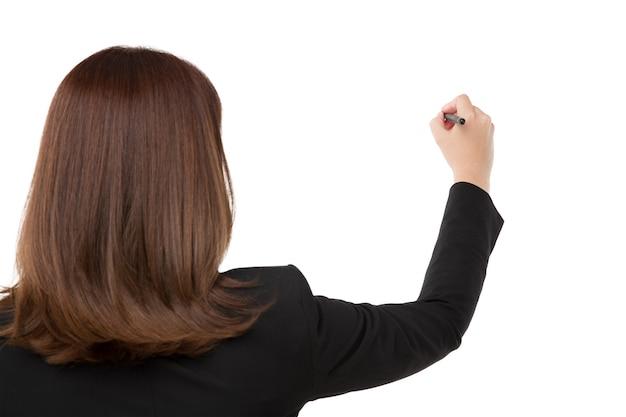 Mão de mulher está pronta para escrever com marcador isolado no branco