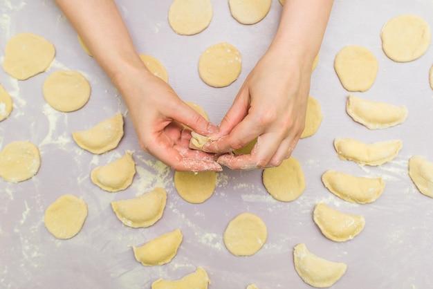 Mão de mulher faz ravioli