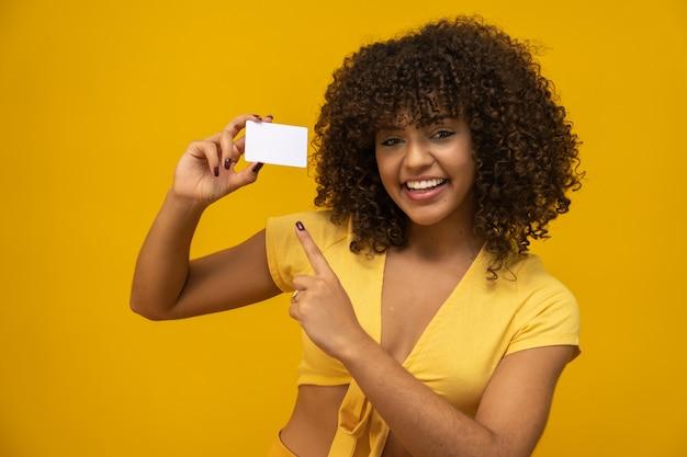 Mão de mulher jovem segurar maquete de cartão branco em branco com cantos arredondados