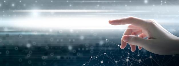 Mão de mulher jovem tocando tecnologia digital e conexão de rede com espaço de cópia