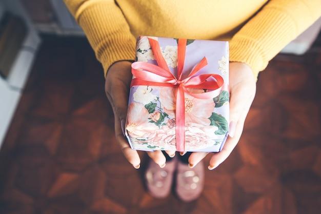 Mão de mulher linda caixa de presente