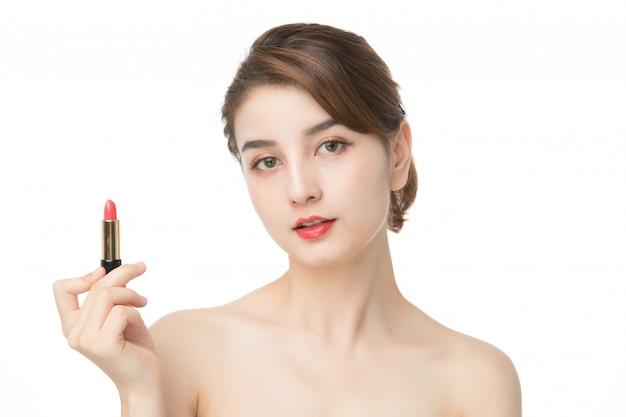 Mão de mulher moda segurando os lábios