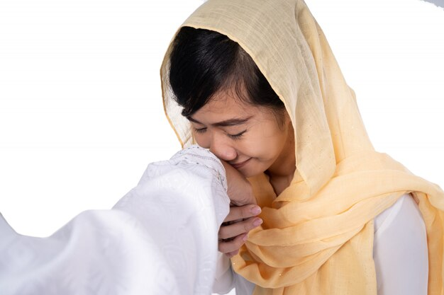 Mão de mulher muçulmana tocando apertar a mão