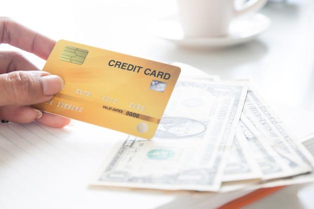Mão de mulher segurando o cartão de crédito de plástico. negócio, e, pagamento eletrônico, conceito