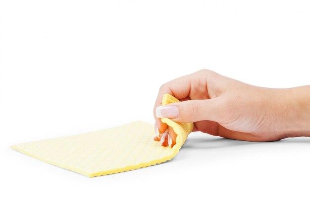 Mão de mulher segurando uma esponja de limpeza isolada no branco