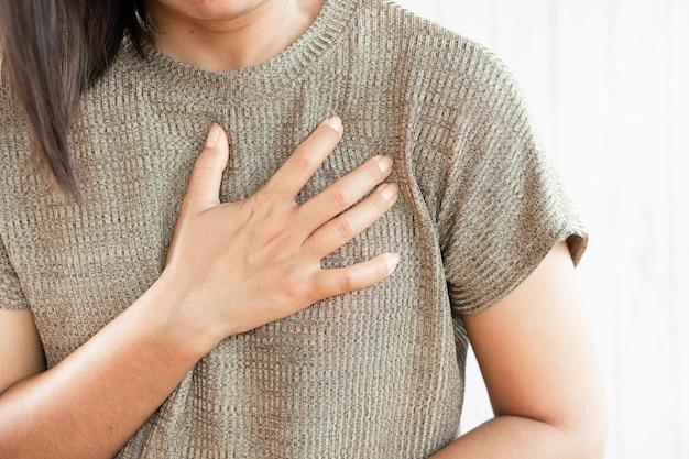 Mão de mulher tendo ataque cardíaco