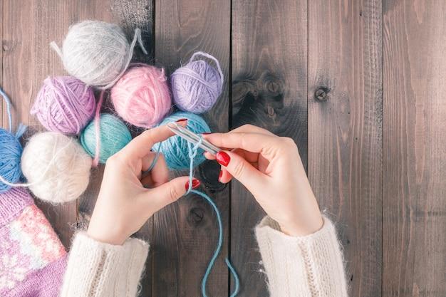 Mão de mulher tricô cachecol, artesanato.