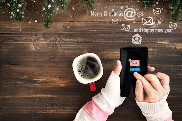 Mão de mulher usando o celular para enviar mensagem de email com o ícone de símbolo e envelope de email