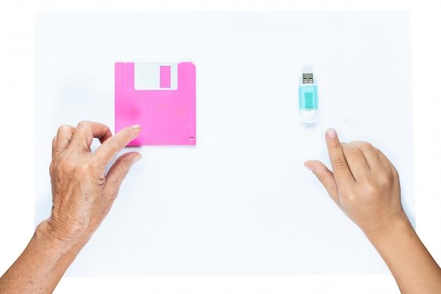 Mão, de, mulher velha, buscar, disquete, e, mão, de, menina jovem, apanhar, memória flash drive, vara