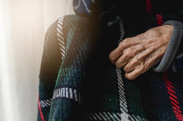 Mão de mulher velha irreconhecível de close-up. idoso, conceito de terceira idade.
