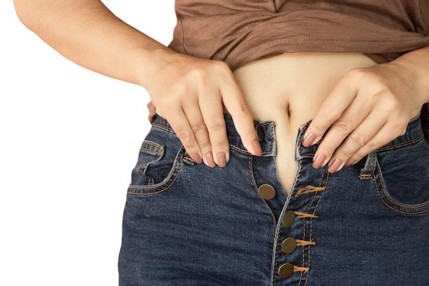 Mão de mulher vestindo jeans closeup