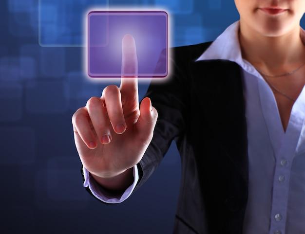 Mão de mulheres de negócios apertando um botão em uma interface de tela de toque