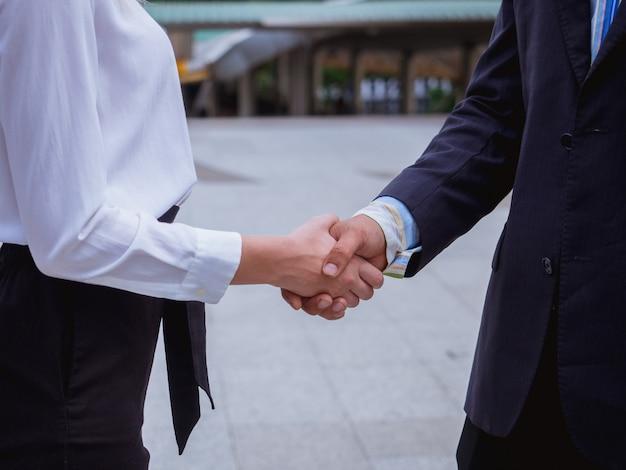 Mão de negócios apertar homens e mulheres