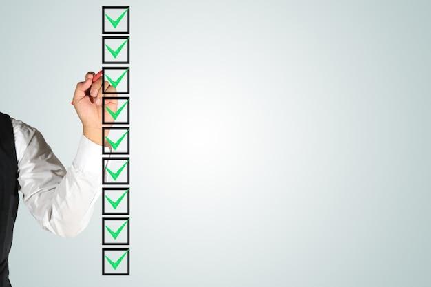 Mão de negócios assinando caixas de seleção