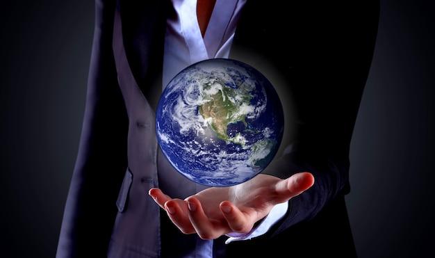 Mão de negócios segurando um globo