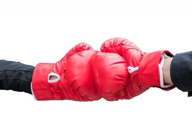 Mão de negócios usando terno com luvas de boxe são luta e greve