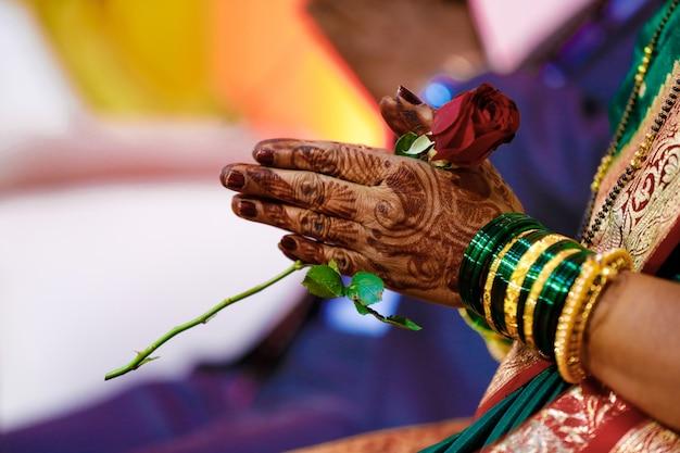 Mão de noiva de pulseiras