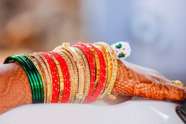 Mão de noiva indiana com design mehandi e colocar pulseira