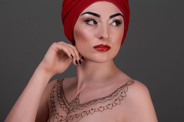 Mão de ombro de mulher com tatuagem de henna mehendi