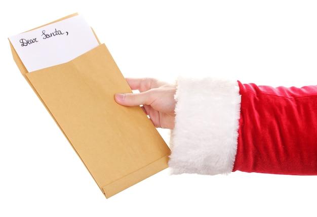 Mão de papai noel segurando carta isolada no branco
