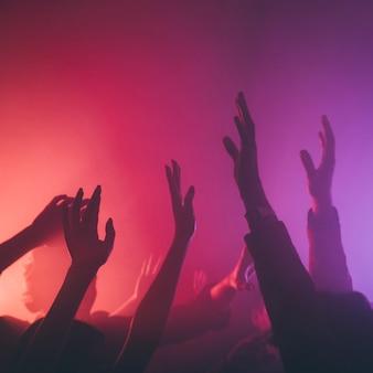 Mão de pessoas no clube